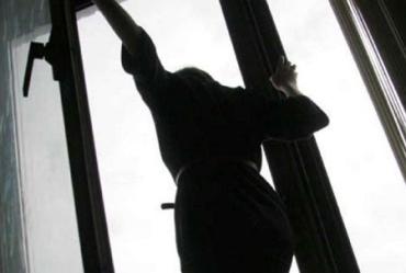Дівчина-підліток намагалася покінчити з життям, вистрибнувши із вікна п'ятого поверху!