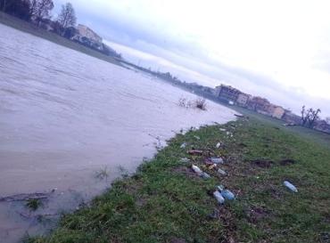 Після відлиги та дощів річки Закарпаття знову з купами сміття