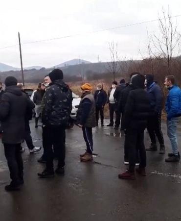 На Закарпатті обурені неякісним ремонтом дороги люди перекрили автошлях
