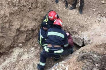 На Закарпатті відкопали чоловіка, що загинув від земляного обвалу