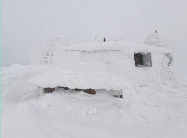У Карпатах намело повно снігу, а в низині Закарпатті йдуть дощі