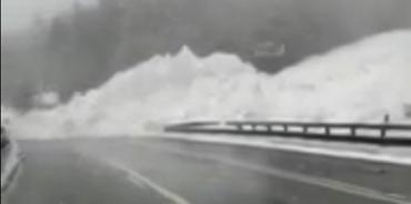Міжнародну трасу завалило снігом у горах Закарпаття