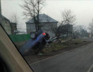 На Закарпатті легковик злетів із дороги й перекинувся на дах