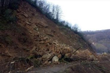 Дорога у Карпатах опинилася під землею
