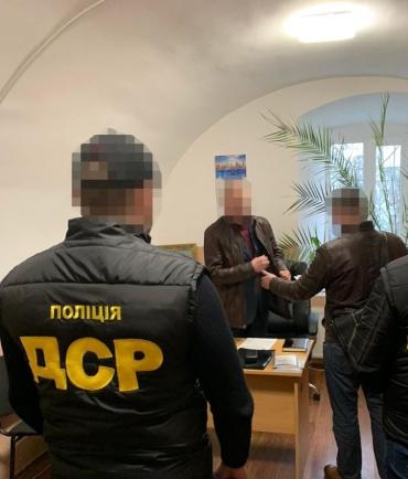 В Ужгороде чиновник горсовета получил взятку и принёс убытков на пол миллиона гривен