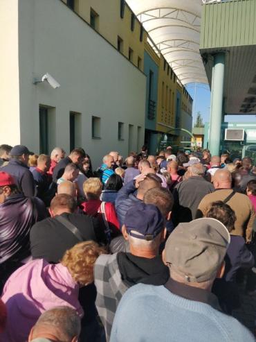 """Больше 200 автомобилей и """"море"""" людей: На венгерской границе в Закарпатье реальный дурдом"""
