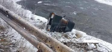 ДТП в Закарпатье: Автомобиль на берегу реки, сын водителя госпитализирован