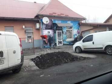 """Видно следы поджога: В Закарпатье злоумышленники """"атаковали"""" терминал возле магазина"""