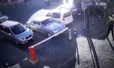 У Мукачево шкідники, які заблокували автоматичний шлагбаум, потрапили на відео