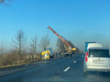 ДТП возле Мукачево: Автомобиль пытались доставать спецтехникой