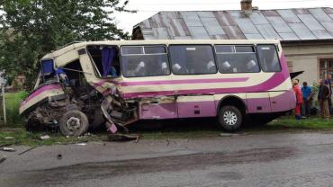 Пассажиры пострадали: Недалеко от Мукачево рейсовый автобус протаранил грузовик