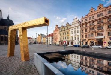 В Чехии пьяная украинка среди бела дня устроила полицейским стриптиз
