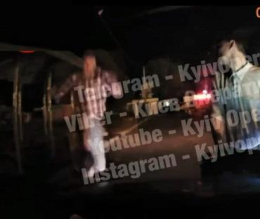 в городе Фастов бухой неадекват выпрыгнул на служебный патрульный автомобиль.