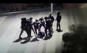 В сети появилось видео с камеры наблюдения, на котором банда жестоко избивает Юрия