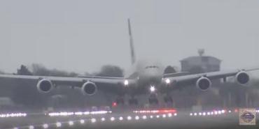 В Британии из-за шторма Деннис пилоты посадили боком самый большой пассажирский лайнер Airbus