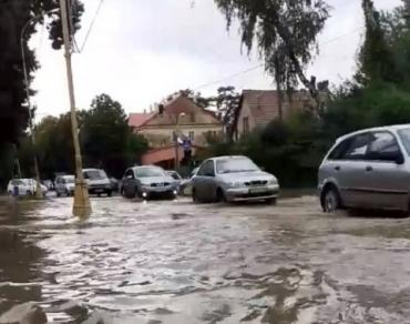 Сильный ливень затопил областной центр Закарпатья, авто плавают по улицам