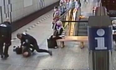 """Пассажира пражского метро, отказавшегося надеть маску, """"заламали"""" и доставили в полицию."""