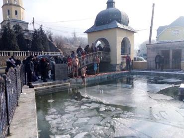 Крещение Господне в Закарпатье: Верующие ныряют в крещенскую, холодную реку и холода не чувствуют