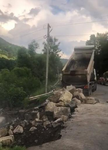 В Закарпатье дорожники устраняют глубокий обвал в дороге около Ясиня, появившийся из-за наводнения