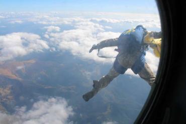 Десантники прыгнули с парашютом на гору Говерла