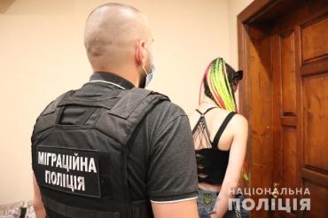 В Ужгороді 23-річна дівчина поширювала порно з дітьми та займалася шантажем неповнолітніх авторів