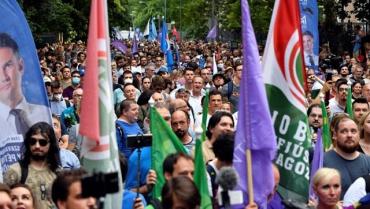 Около тысячи человек в понедельник вышли на протест в Будапеште.