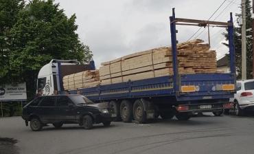 Авария в Закарпатье: Не поделили дорогу легковушка и груженый лесовоз