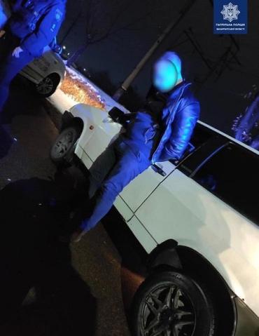 Обломали все веселье: В Закарпатье патрульные у нервного водителя ВАЗа обнаружили кое-что интересное