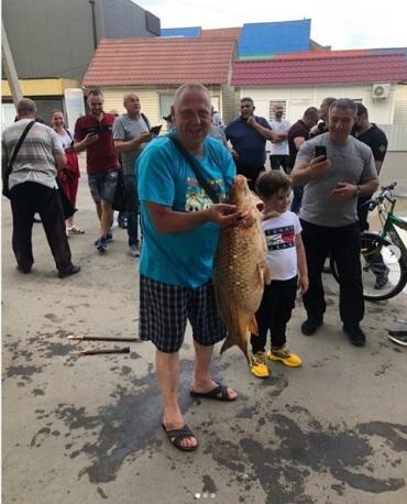 Паводок в Черновцах: На подтопленном рынке мужчина поймал 10-килограмого карпа