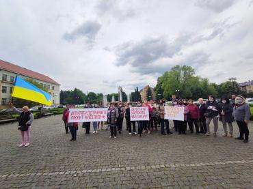 В Закарпатті біля ОДА протестують проти закриття школи-інтернату в Великому Березному