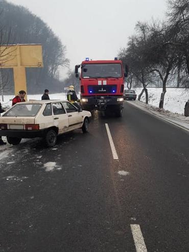 Авария в Закарпатье: ВАЗ слетел с дороги в кювет и перевернулся