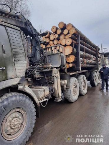 """В Закарпатье полиция задержала два КАМАЗа с """"левым"""" лесом, подвели подозрительные документы"""
