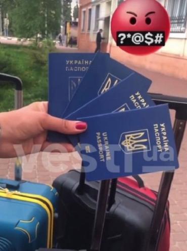Харьковчанка, которую не пустили в Турцию, выкинула украинские паспорта