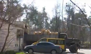 В Киевскую больницу № 3 гробы привезли грузовиком