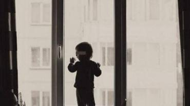 В Закарпатье ребёнок, оставшись наедине, выпал из окна 5 этажа
