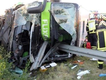 В Германии на трассе перевернулся междугородний автобус