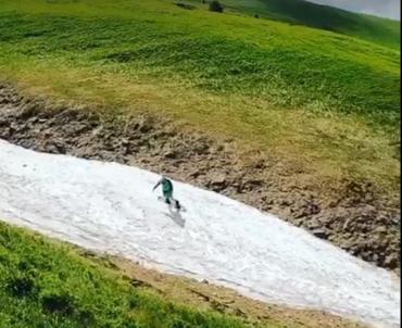 Сніг посеред літа у горах Закарпаття притягує немов магнітом