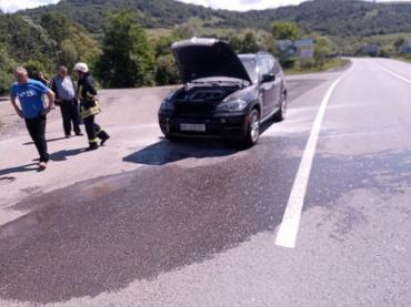Автомобиль экстра- класса вспыхнул на трассе в Нижних Воротах в Закарпатье