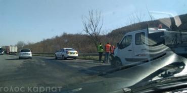 В Закарпатье фура залетала в технику дорожников на трассе