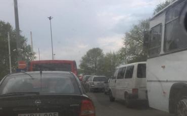 В Закарпатье на границе с Венгрией очередь тянется со скоростью черепахи