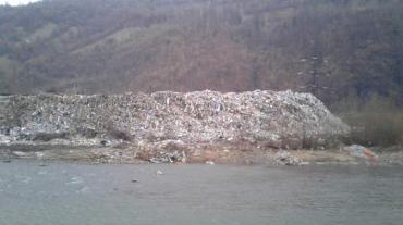 В Закарпатье над рекой стоит огромная мусорная свалка