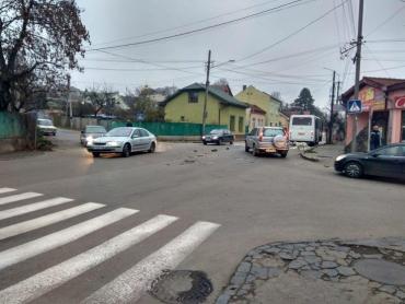 ДТП в Ужгороде: По улице разбросаны автозапчасти, водителям приходится объезжать