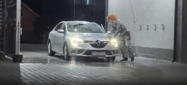 В Мукачево страшный клоун пугал людей на автомойке