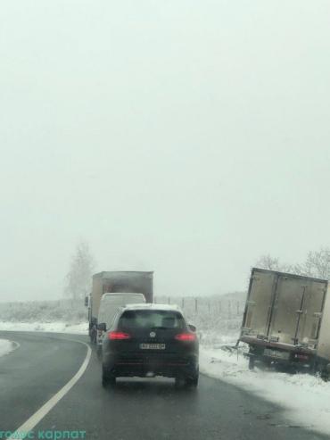 В Закарпатье из-за снега машины не могут удержаться на дороге