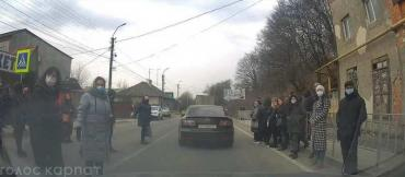В Закарпатье в одном из городов гигантская пробка на пару километров: Причина выводит водителей из себя