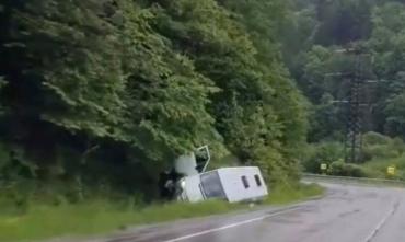 Самому вытащить не получится: В Закарпатье у Нижних Ворот перевернулся микроавтобус
