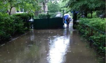 В Закарпатье сильные дожди подтопили дорогу до детского садика