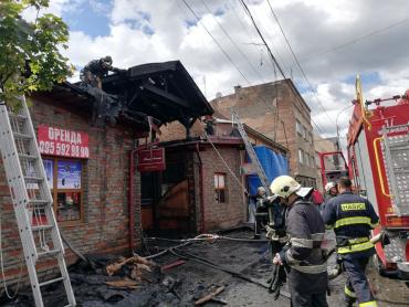 Воздух пропитан гарью: В центре Мукачево пылал магазин - детали от журналистов