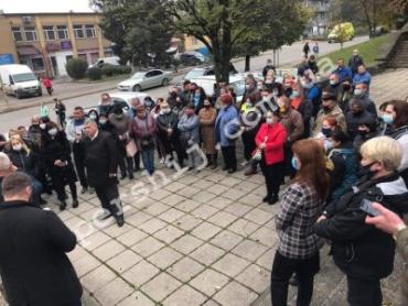 """На Закарпатье жители города, который занесли в """"красную"""" зону, вышли на протест"""