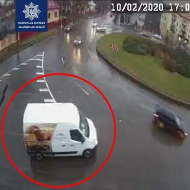 В Ужгороде автомобиль с рекламой устроил ДТП